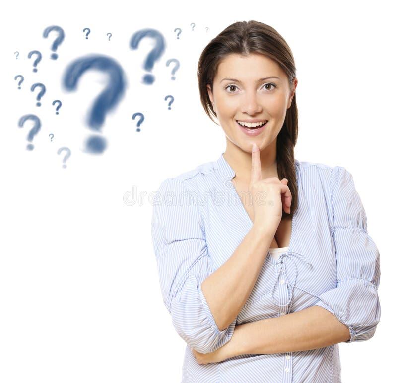 Giovane donna graziosa con i punti interrogativi fotografie stock