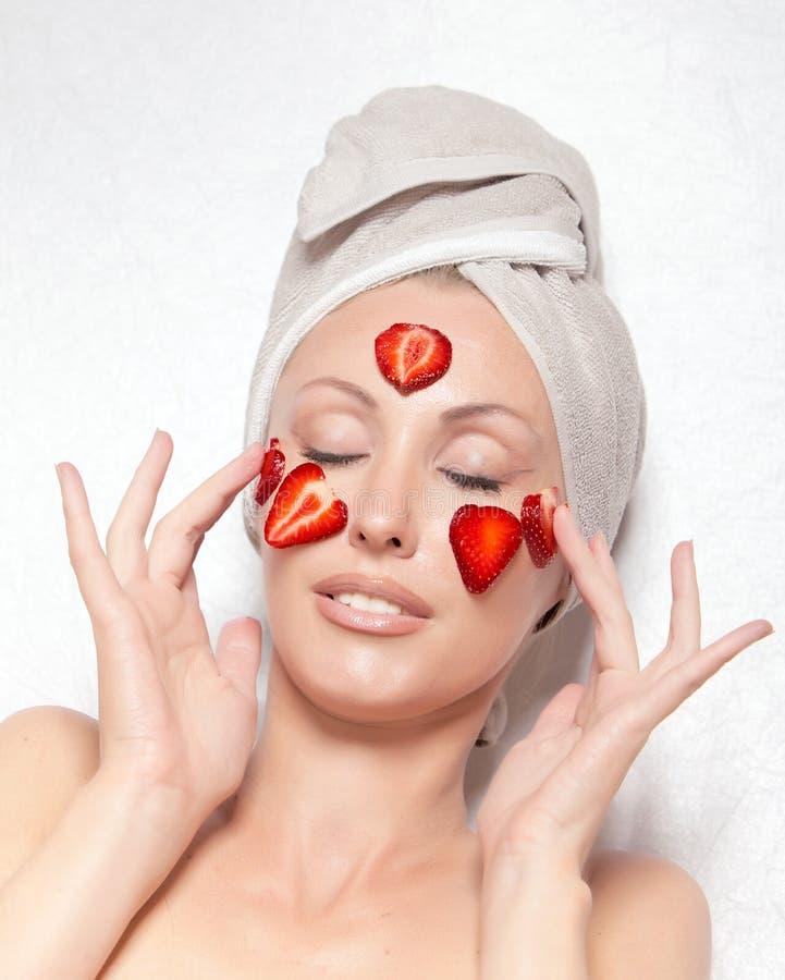 Giovane donna graziosa con il pacchetto cosmetico della stazione termale fotografie stock