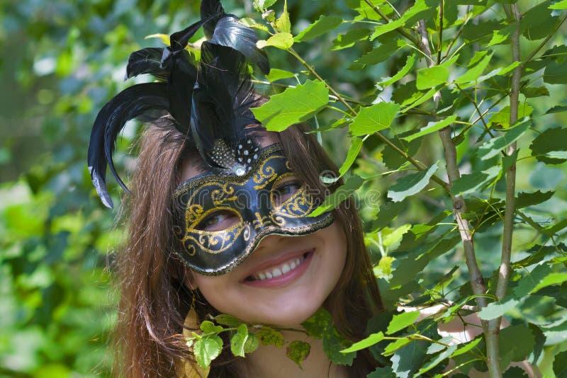 Giovane donna graziosa con la maschera veneziana di carnevale fotografia stock libera da diritti