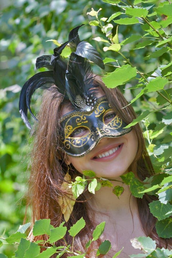 Giovane donna graziosa con la maschera veneziana di carnevale fotografie stock libere da diritti