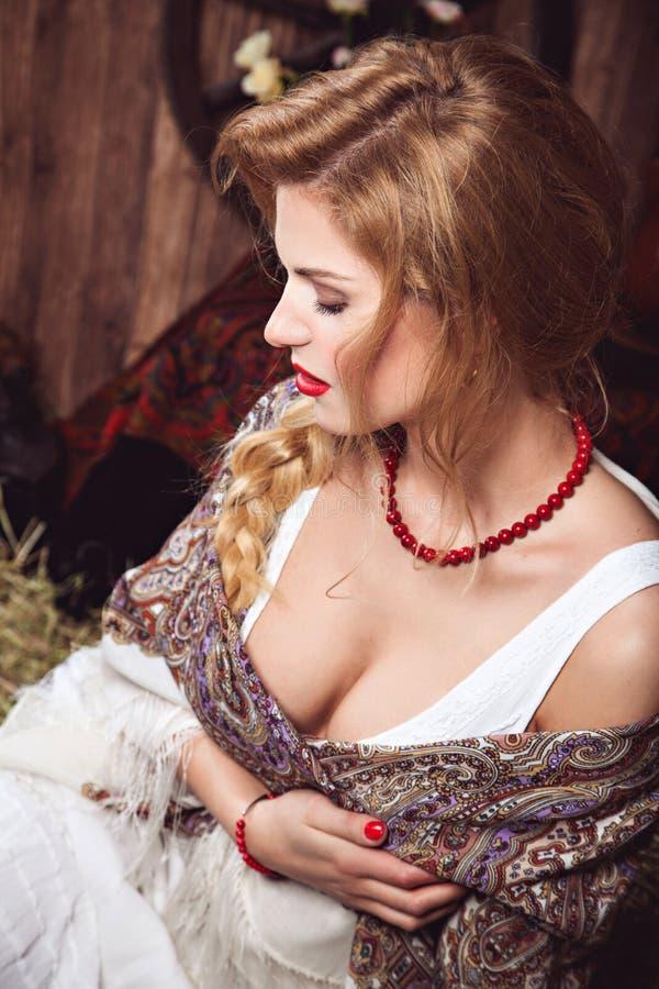 Giovane donna graziosa con la treccia nello stile rustico fotografia stock libera da diritti