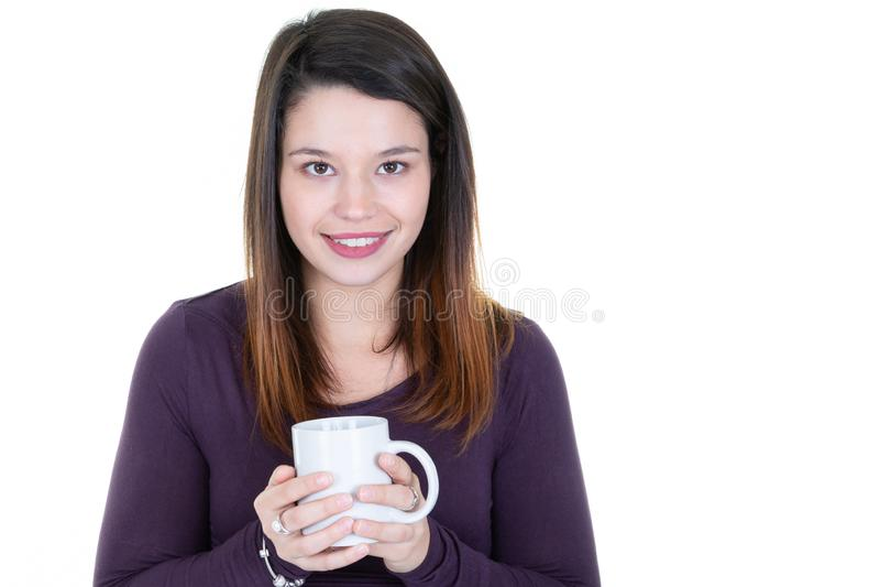 Giovane donna graziosa con tisana in tazza fotografia stock