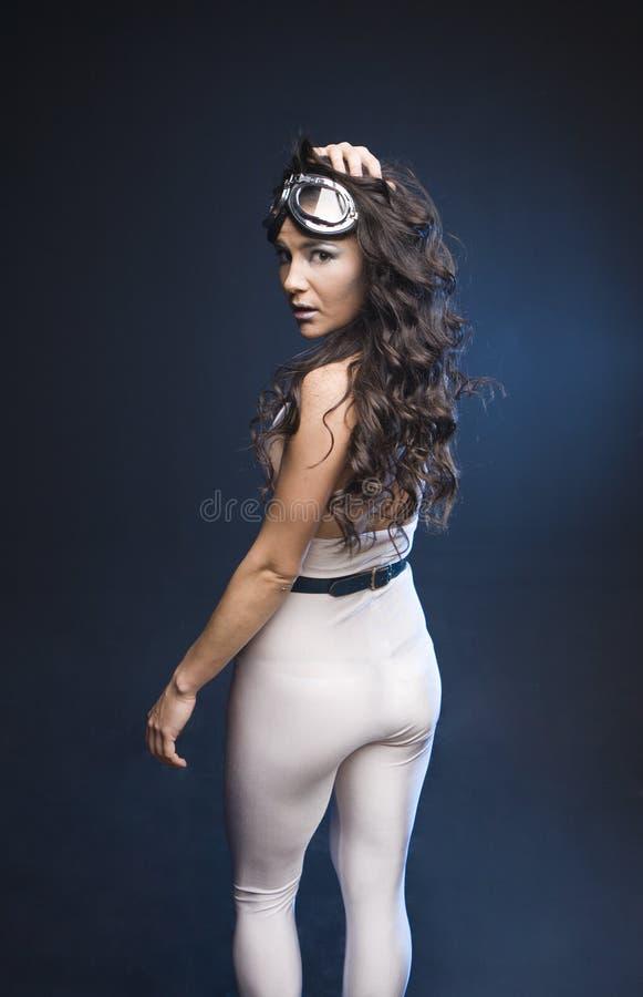 Giovane donna graziosa in costume cosmico immagine stock libera da diritti