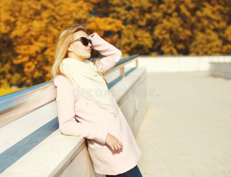 Giovane donna graziosa del ritratto in autunno soleggiato caldo fotografia stock libera da diritti