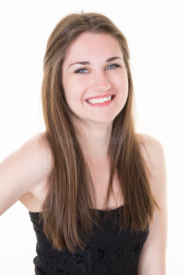 giovane donna graziosa del ritratto che sorride in maglietta nera su fondo bianco, felice, positivo fotografia stock