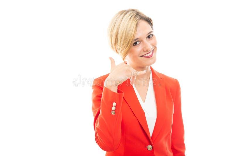 Giovane donna graziosa di affari che mostra chiamando gesto immagini stock libere da diritti