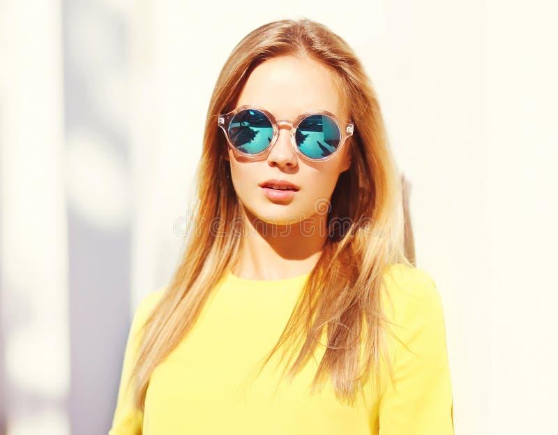 Giovane donna graziosa di modo del primo piano del ritratto in occhiali da sole immagine stock