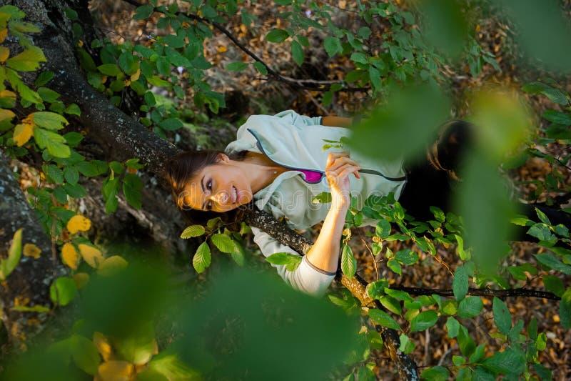 Giovane donna graziosa divertendosi tempo in natura immagine stock libera da diritti