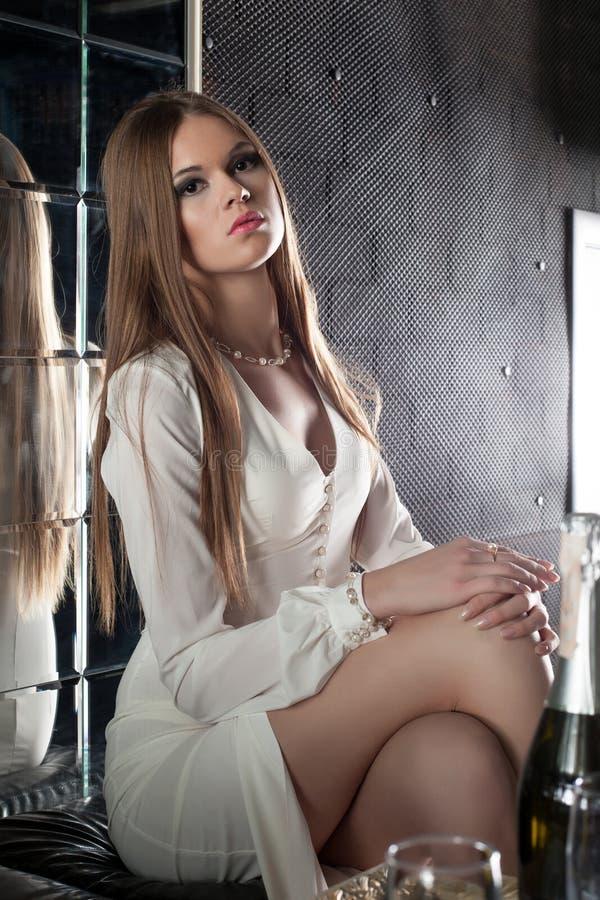 Giovane donna graziosa e sexy in night-club immagini stock libere da diritti
