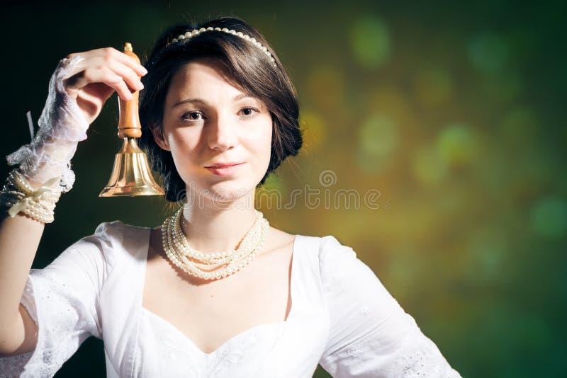 Giovane donna graziosa fresca con la campana dell'anello fotografie stock