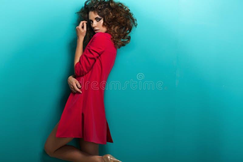 Giovane donna graziosa innocente e timida fotografie stock