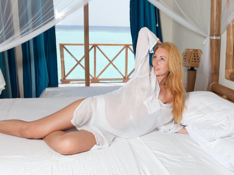 Giovane donna graziosa a letto immagine stock libera da diritti