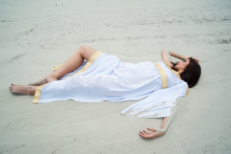 Giovane donna graziosa in tunica greca fotografia stock libera da diritti
