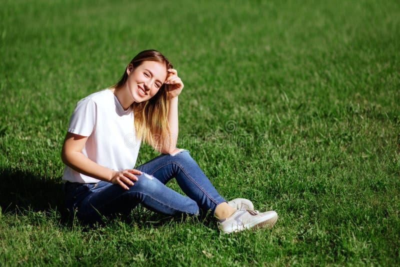Giovane donna graziosa in un parco immagine stock