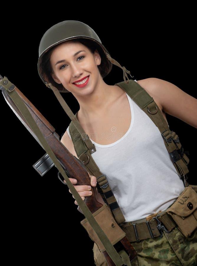 Giovane donna graziosa vestita nello spirito americano dell'uniforme militare di wwii immagine stock