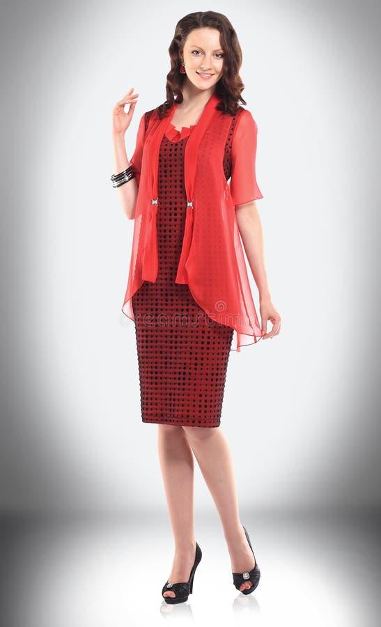 Giovane donna incantante in vestito rosso per le riunioni d'affari fotografia stock