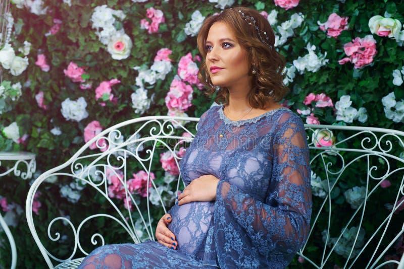 Giovane donna incinta immagini stock