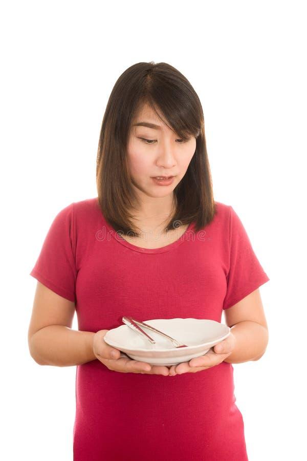 Giovane donna incinta che mangia insalata di verdure sana, nocciola in buona salute immagine stock libera da diritti