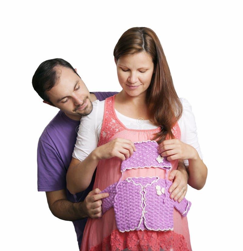 Giovane donna incinta con il suo marito immagine stock libera da diritti