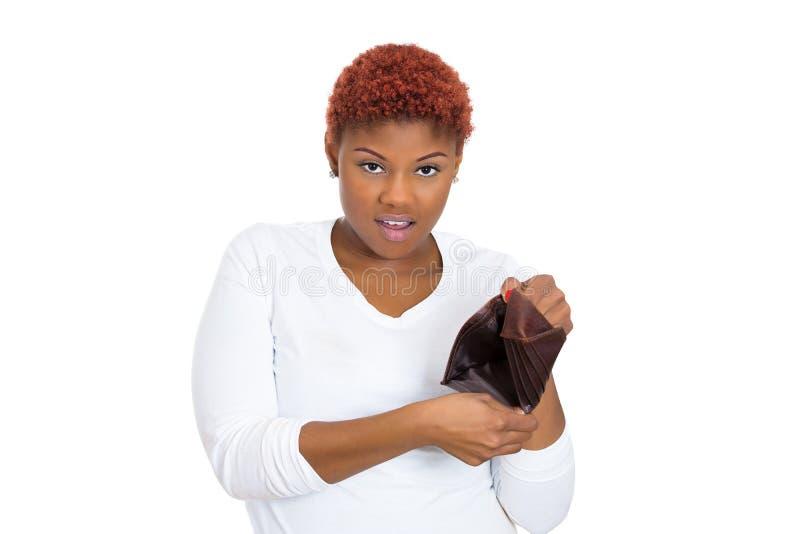 Giovane donna infelice che mostra portafoglio vuoto fotografia stock libera da diritti