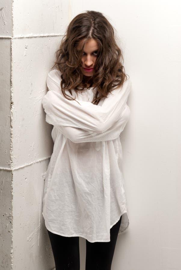 Giovane donna insana con la condizione della camicia di forza fotografia stock libera da diritti