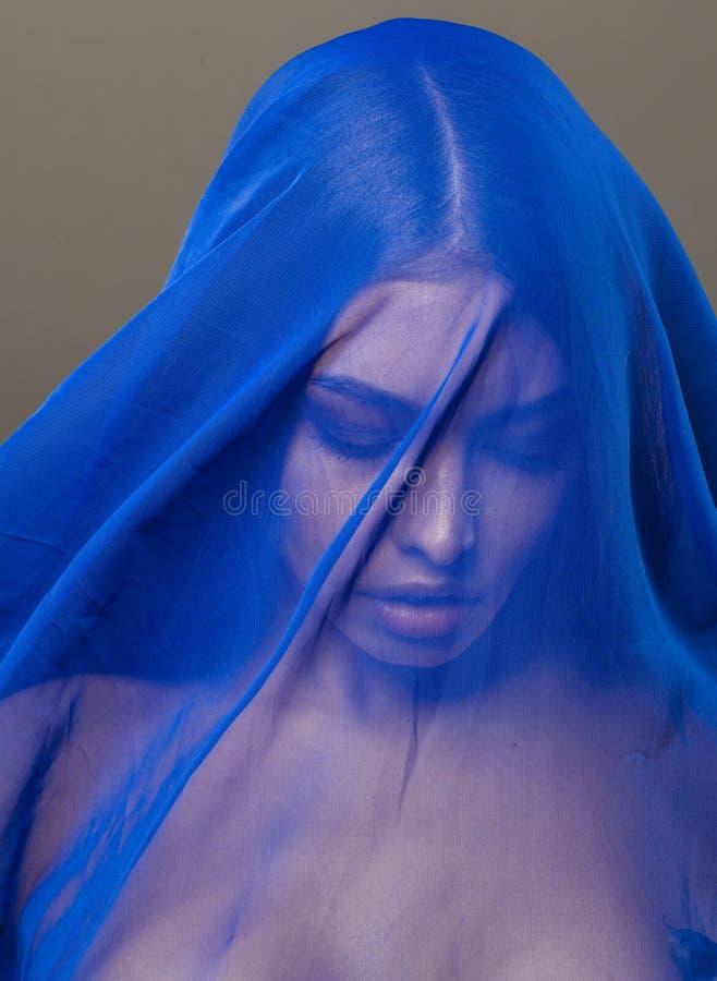 Giovane donna islamica di bellezza sotto il velo, hijab blu sulla fine del fronte su, arte fotografia stock
