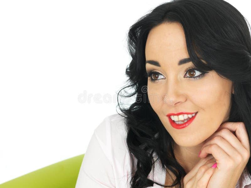 Giovane donna ispana contenta rilassata felice che sembra rilassata e fotografia stock libera da diritti