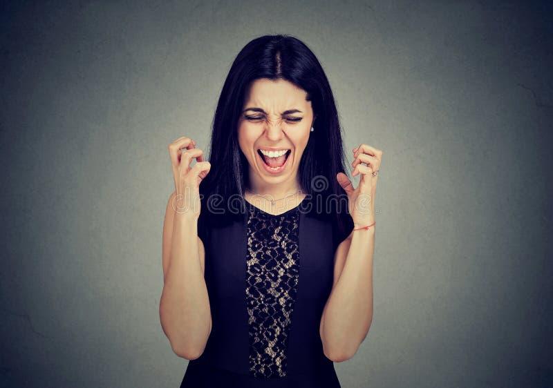 Giovane donna isterica arrabbiata che grida fotografia stock libera da diritti