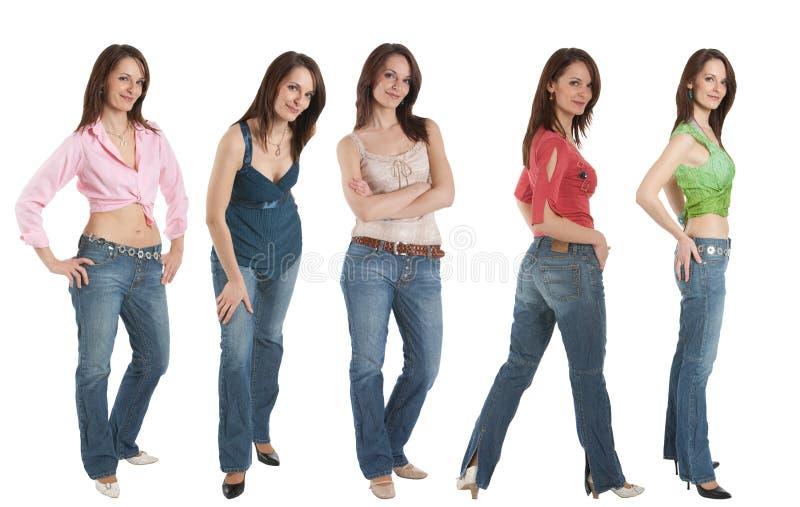 Giovane donna in jeans e nelle varie parti superiori, cinque pose, fotografia stock libera da diritti