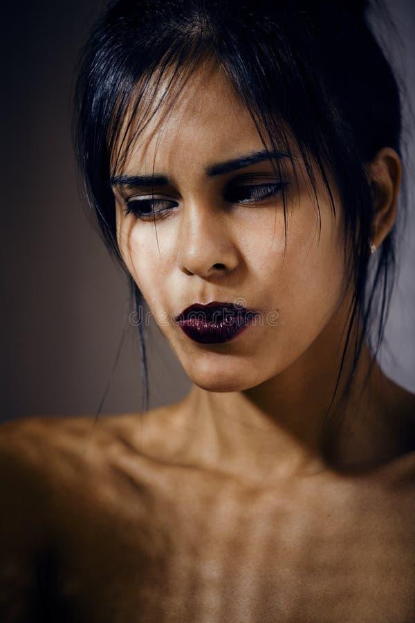 Giovane donna latina di bellezza nella depressione, sguardo di mancanza di speranza fotografie stock