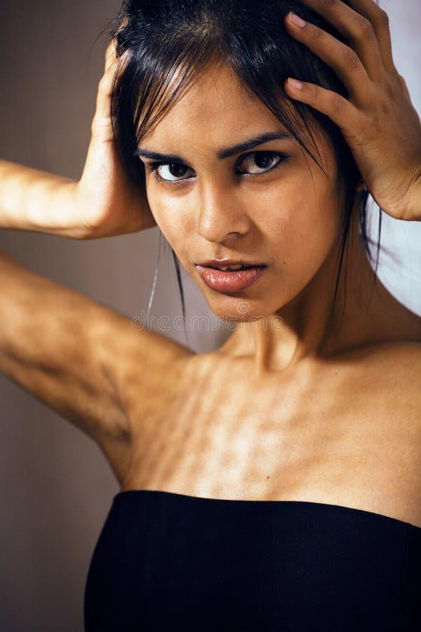 Giovane donna latina di bellezza nella depressione, sguardo di mancanza di speranza, fashi fotografia stock