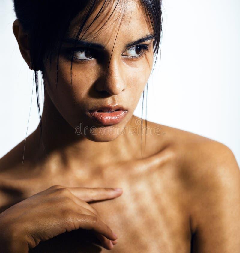 Giovane donna latina di bellezza nella depressione, sguardo di mancanza di speranza, fashi fotografia stock libera da diritti