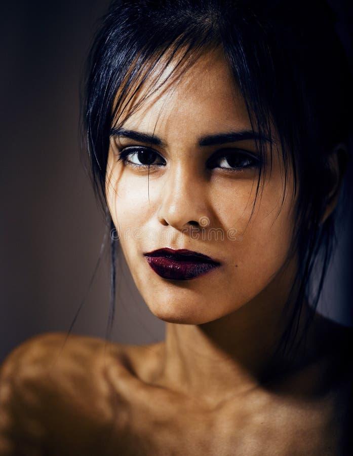 Giovane donna latina di bellezza nella depressione, sguardo di mancanza di speranza, fashi fotografie stock libere da diritti