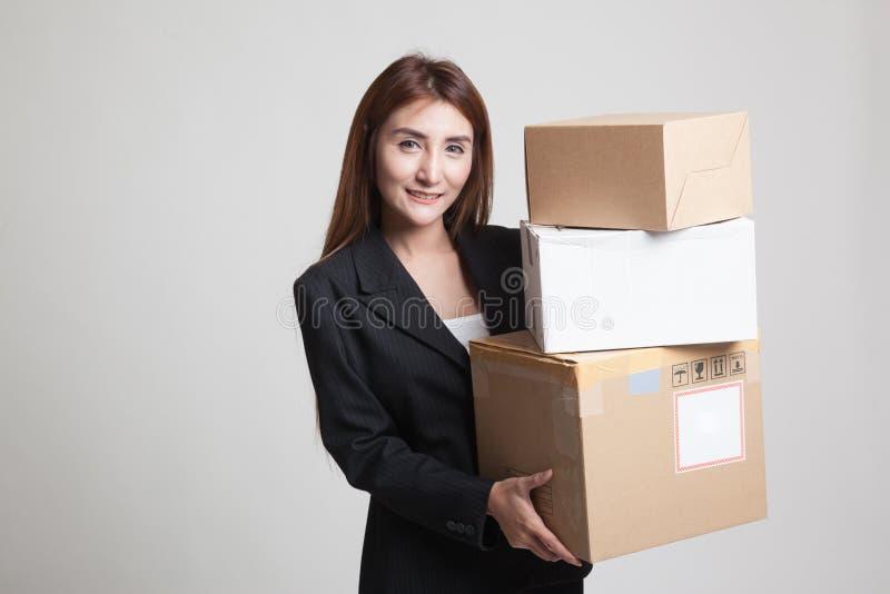 Giovane donna lavoratrice asiatica con 3 scatole di spedizione fotografia stock