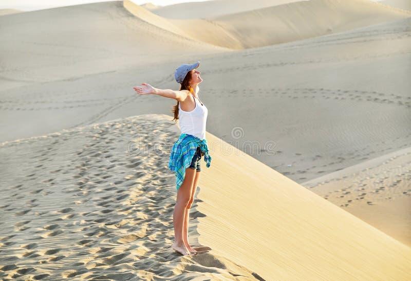 Giovane donna libera in spiaggia di Maspalomas Dune sabbiose ispiratrici il giorno di estate soleggiato Gran Canaria, Spagna fotografie stock