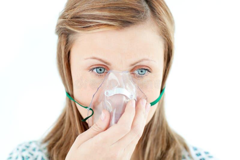 Giovane donna malata che porta una mascherina fotografia stock