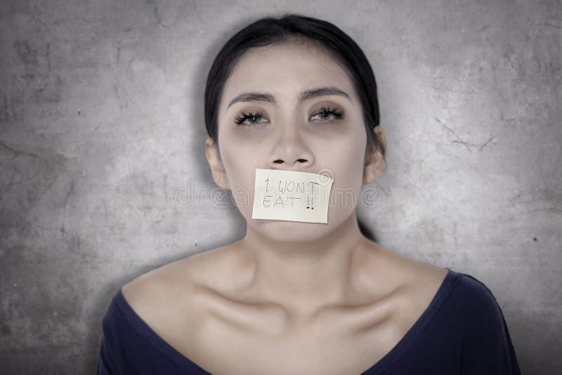 Giovane donna malata con carta sulla sua bocca immagine stock libera da diritti