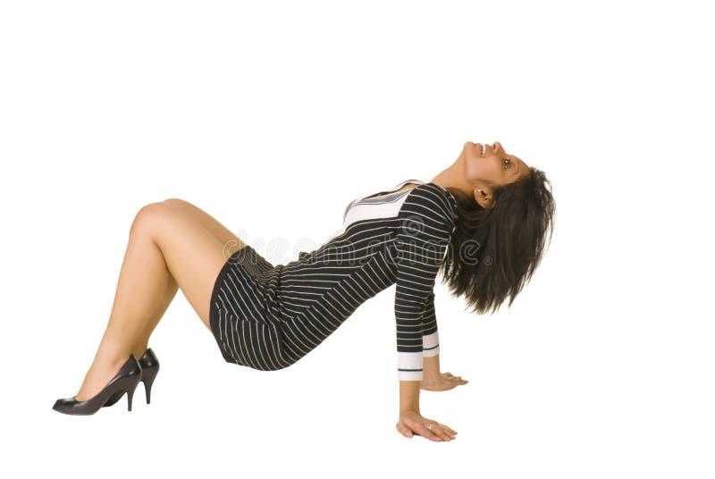 Giovane donna marrone che propone sul pavimento immagine stock libera da diritti