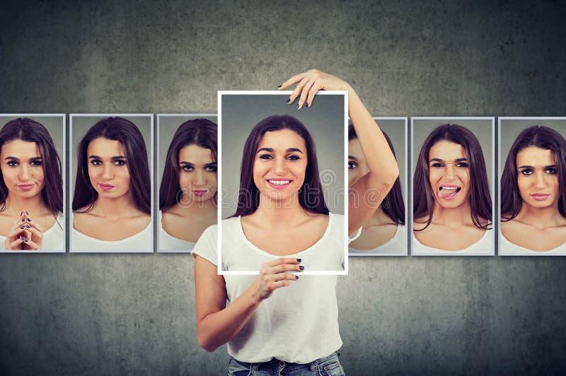 Giovane donna mascherata che esprime le emozioni differenti fotografia stock libera da diritti