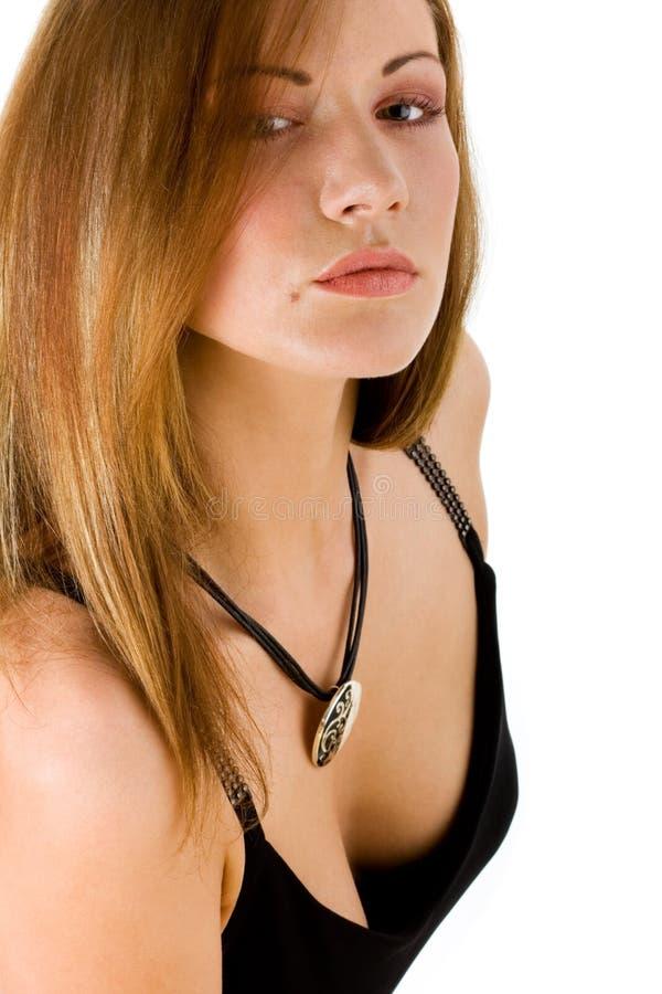 Giovane donna misteriosa con un pendente immagini stock
