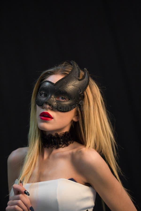 Giovane donna mistica che posa nella maschera immagine stock