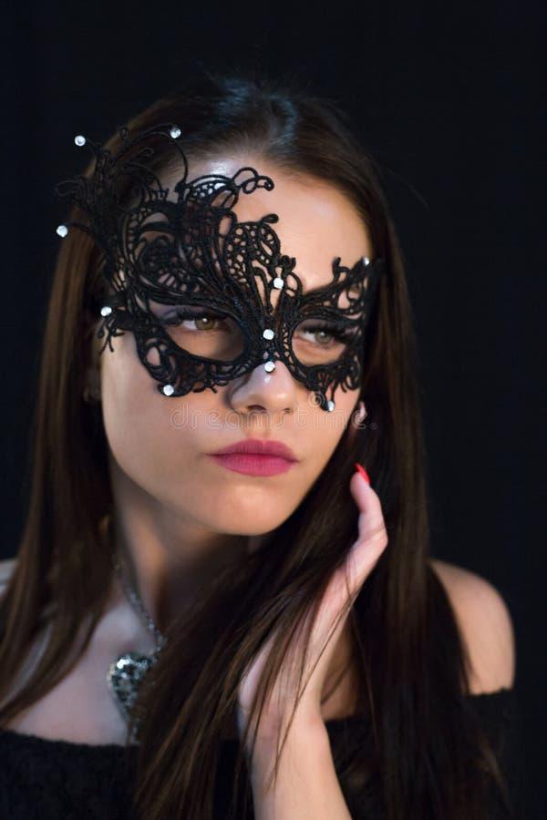 Giovane donna mistica che posa nella maschera fotografie stock