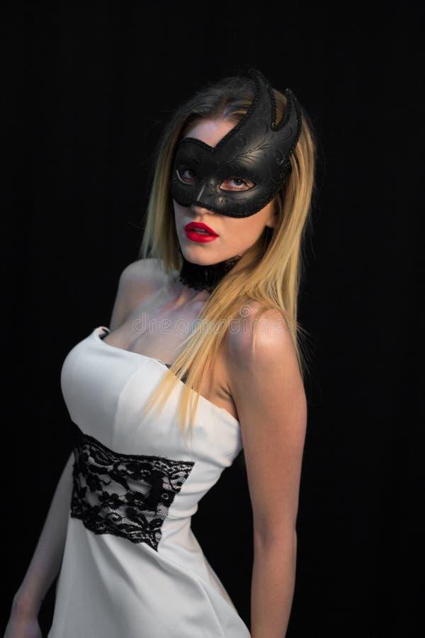 Giovane donna mistica che posa nella maschera immagini stock
