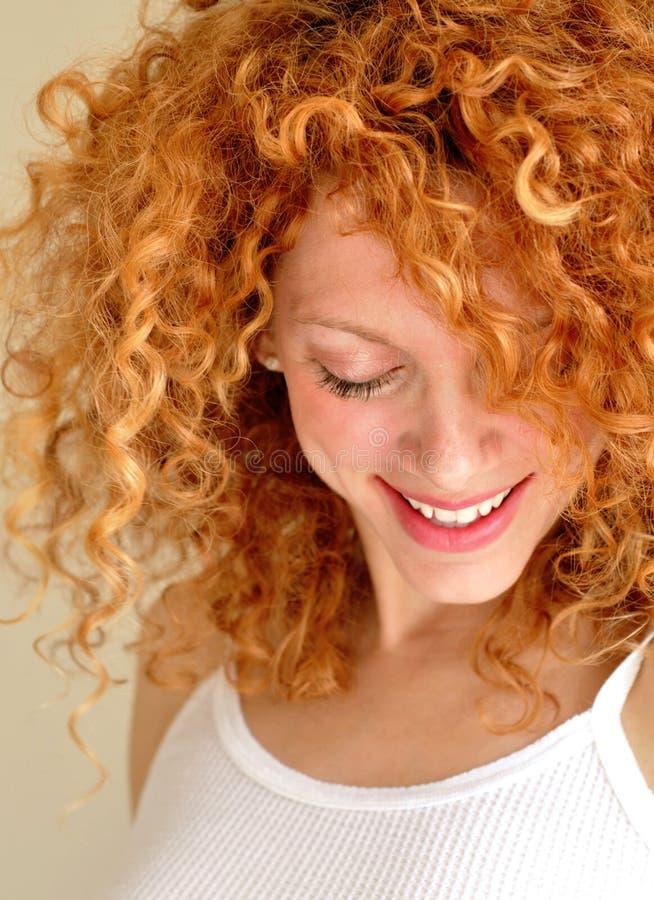 Giovane donna Mixed con capelli ricci fotografia stock libera da diritti