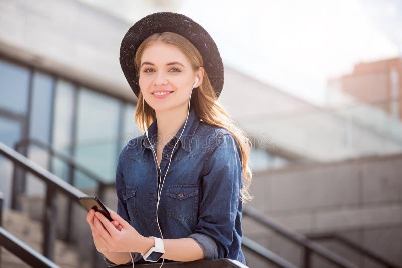 Giovane donna moderna che usando le tecnologie fotografie stock