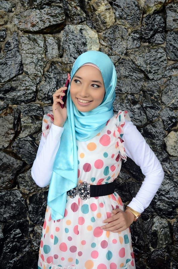 Giovane donna musulmana asiatica in sciarpa capa immagini stock