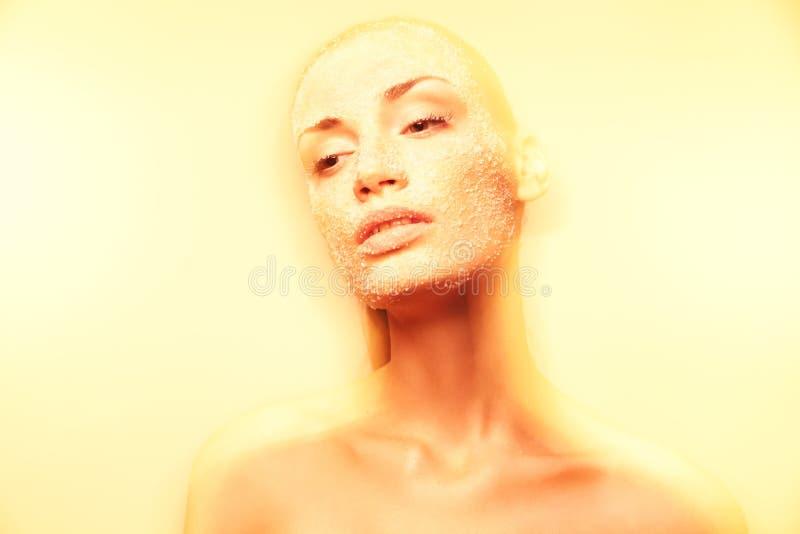Giovane donna Mystical con trucco dorato creativo fotografia stock