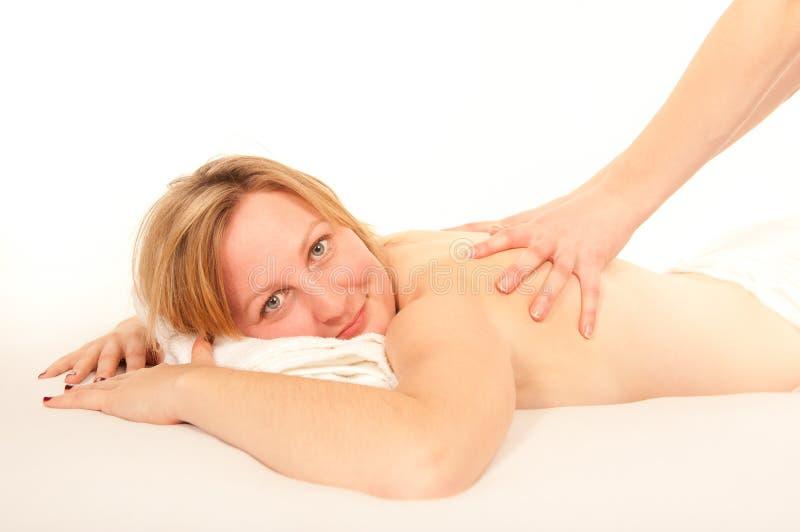 Giovane donna naturale che riceve un massaggio fotografia stock libera da diritti