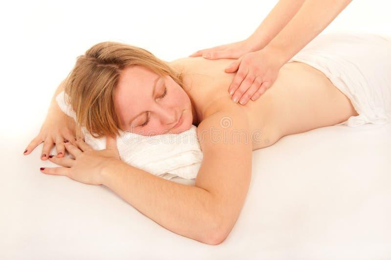 Giovane donna naturale che riceve un massaggio immagini stock