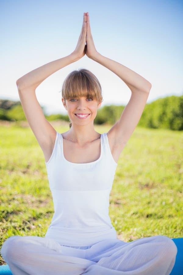 Giovane donna naturale felice che fa yoga fotografie stock libere da diritti